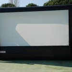 Pantalla de cine hinchable y proyector